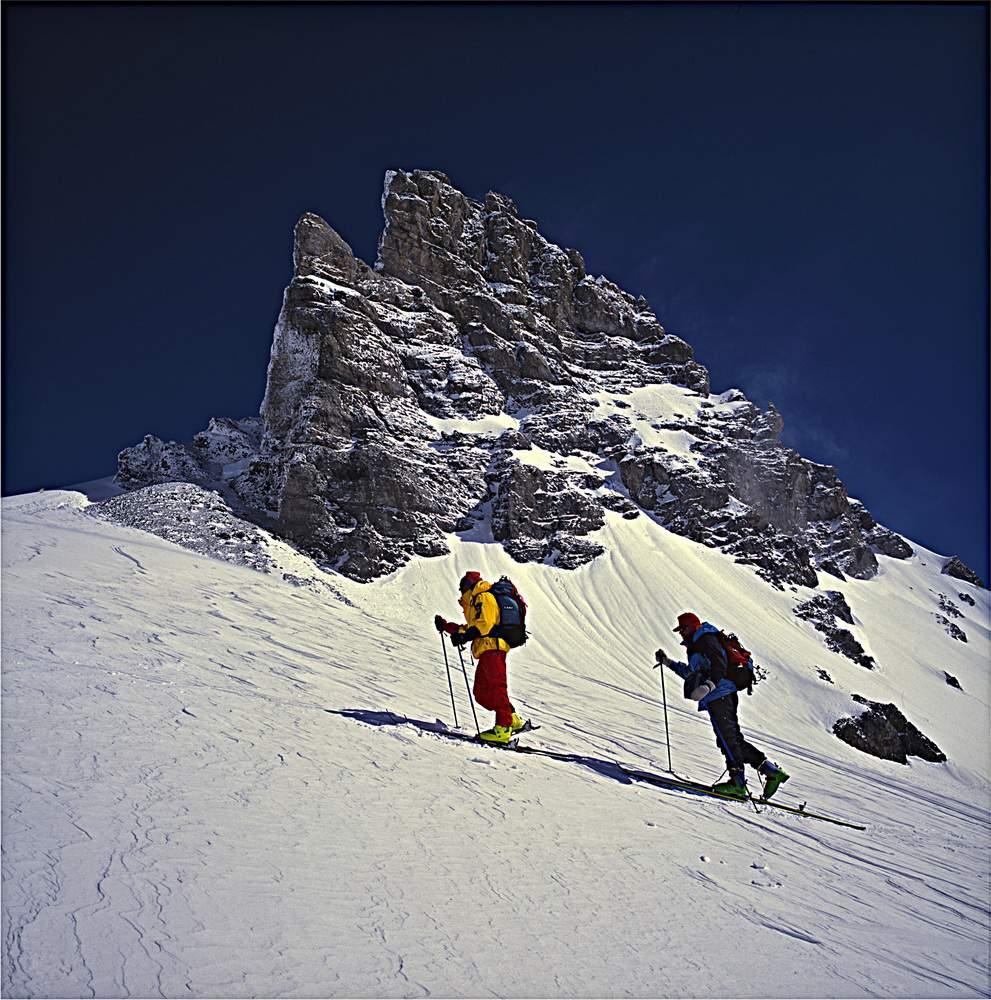 Martin Xxxx e A. Gogna salgono dalla Planura Huette al Channlijoch (9.04.1995), Clariden Alpen, Svizzera
