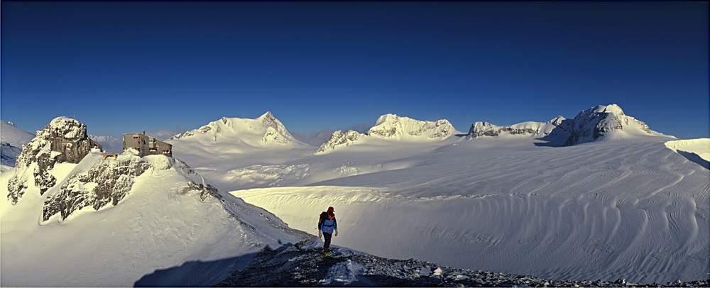 La Planurahuette e l'Heimstock dominano la grande distesa bianca dell'Huefifirn. Sullo sfondo, lo Schaerhorn, il valico del Chammliluecke, Chammliberg, Chammlijoch e Clariden. Gruppo del Toedi, Svizzera