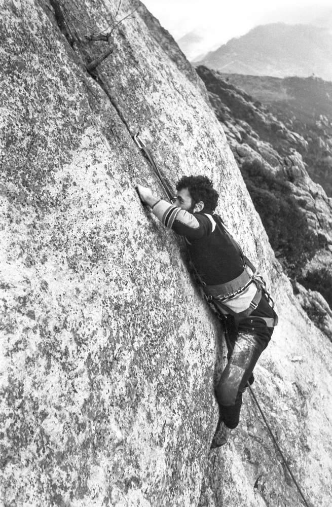 Roberto Bonelli sulla fessura superficiale della Piastra al Sole, Rocca dell'Aia, Loano