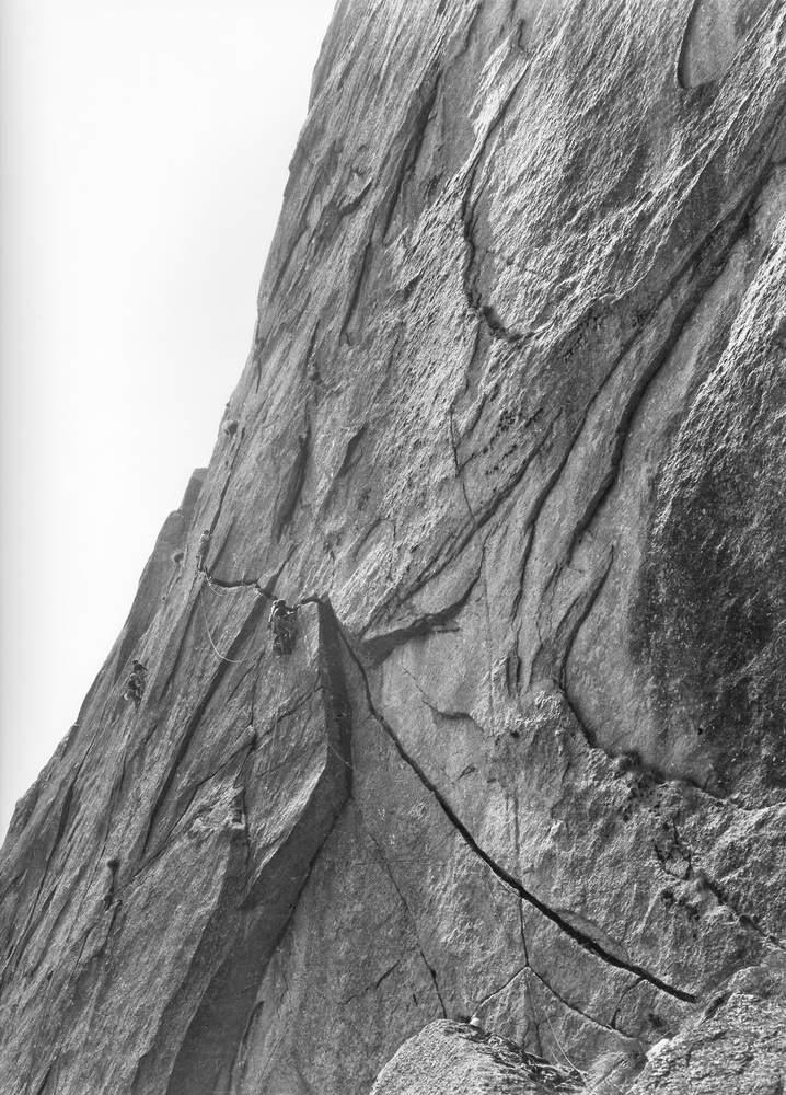 Fessura della Disperazione (Sergent), 1a ascensione. In testa danilo Galante, assicurato da Roberto Bonelli. Sulla sin, Gian Piero Motti e Piero Pessa sulla Cannabis (2a asc.). Foto: Giuse Locana