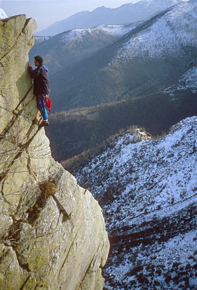 Rocca Parey (TO), 13.12.1982, R. Bonelli sullo Spigolo Centrale