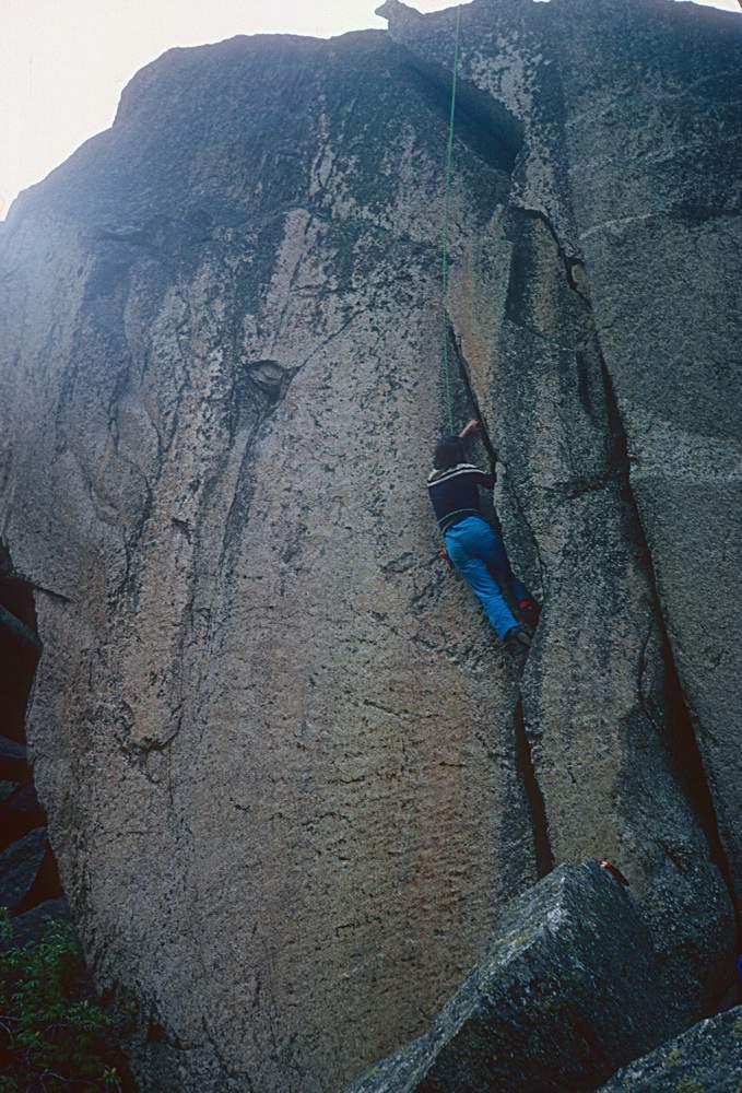 Roberto Bonelli sulla Fessura di Odisseo, Massi del Caporal, valle dell'Orco,