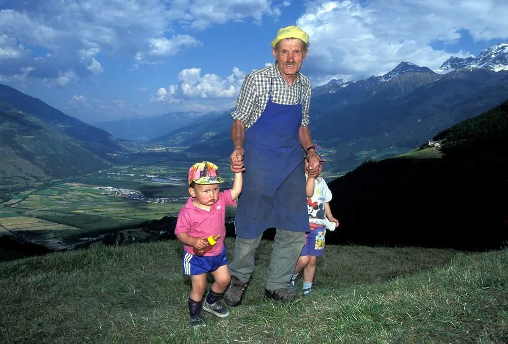 Val Venosta, Lichtenberg, fienagione, nonno e bambini