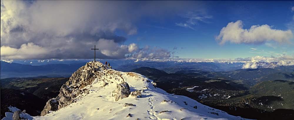 Il più caratteristico belvedere del Regglberg, il Corno Bianco (Weisshorn): si vedono la valle dell'Adige e quella dell'Isarco, divise a nord dall'Altopiano del Renon. Alto Adige. Il più caratteristico belvedere del Regglberg, il Corno Bianco (Weisshorn): si vedono la valle dell'Adige e quella dell'Isarco, divise a nord dall'Altopiano del Renon. Alto Adige.