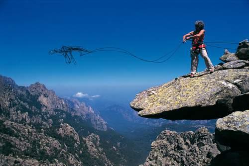 Corsica, Bavella, Alessandro Gogna lancia una corda doppia dalla Punta di l'Acellu, 1997.