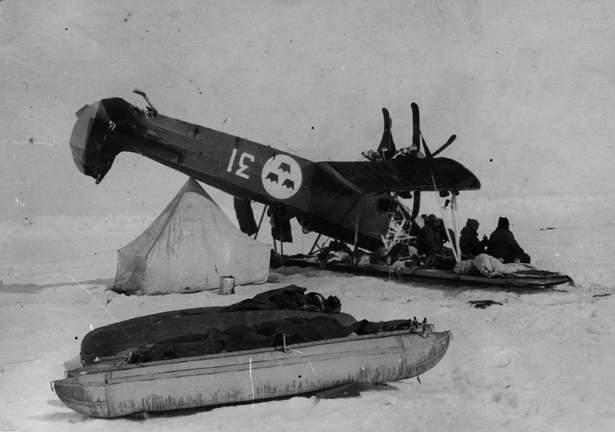TendaRossa2-1928 06 Polo Nord Il Fokker di Lundborg Cappottato vicino alla Tenda Rossa 01