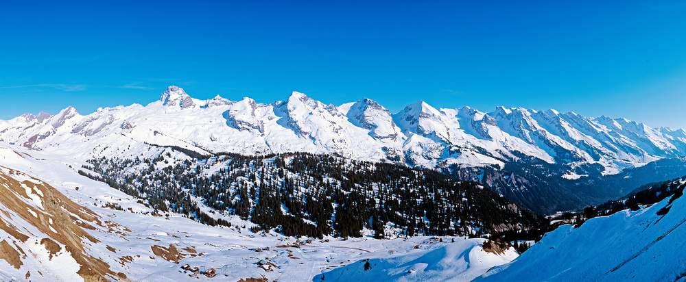 L'ordinata successione di cime della Chaine des Aravis (da Q. 1840 m del M. Lachat de Chatillon). La più alta è la splendida Pointe Percée.