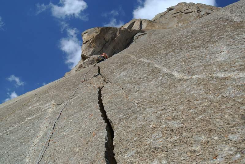 estate 2014, Aksu valley, Luca Schiera sui primi tiri di Perestroicrack un'unica fessura perfetta fino in cima, con Matteo DeZaiacomo.JPG