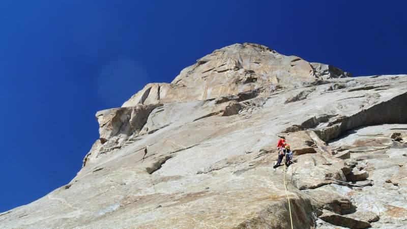 estate 2014 Aksu valley, L. Schiera sul primo tiro di placca di  perestroicrack, prima dell'inizio della fessura. Con Matteo DeZaiacomo.JPG