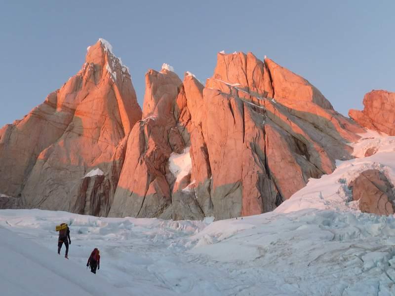 Estate australe 2013, Patagonia, L. Schiera, Matteo Bernasconi e M. Della Bordella all'alba si avvicinano al colle Standhardt, per ripetere in due giorni Festervillet.JPG