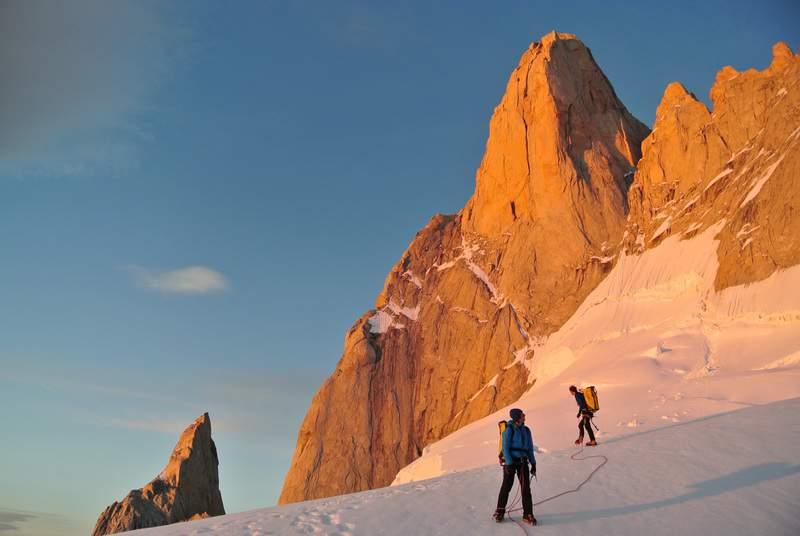 Estate australe 2014, L.Schiera con Matteo Della Bordella e Silvan Schuepbach all'alba sul Glaciar Superior, dopo il tentativo sul Pilastro est del Fitz Roy, Aguja Poincenot sullo sfondo.JPG