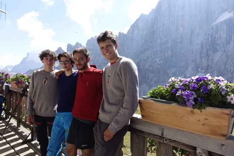ViaStudenti-Sulla terrazza del rifugio. Da sinistra  Alex Walpoth, Titus Prinoth, Giorgio Travaglia e Martin Dejori