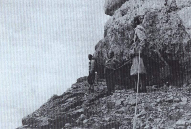 Oliviero Olivo con il figlio Franco e Lino Cornaviera sulla Torre dei Sabbioni, agosto 1943 (Archivio famiglia Cornaviera)