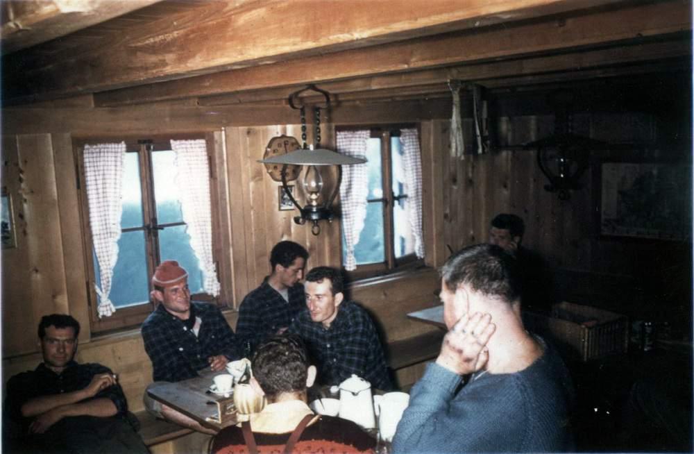 Luciano Tenderini, Gigi Alippi, Alberto Calonaci, Romano Merendi, Jack Canali (di spalle) al rifugio Sciora (1960)