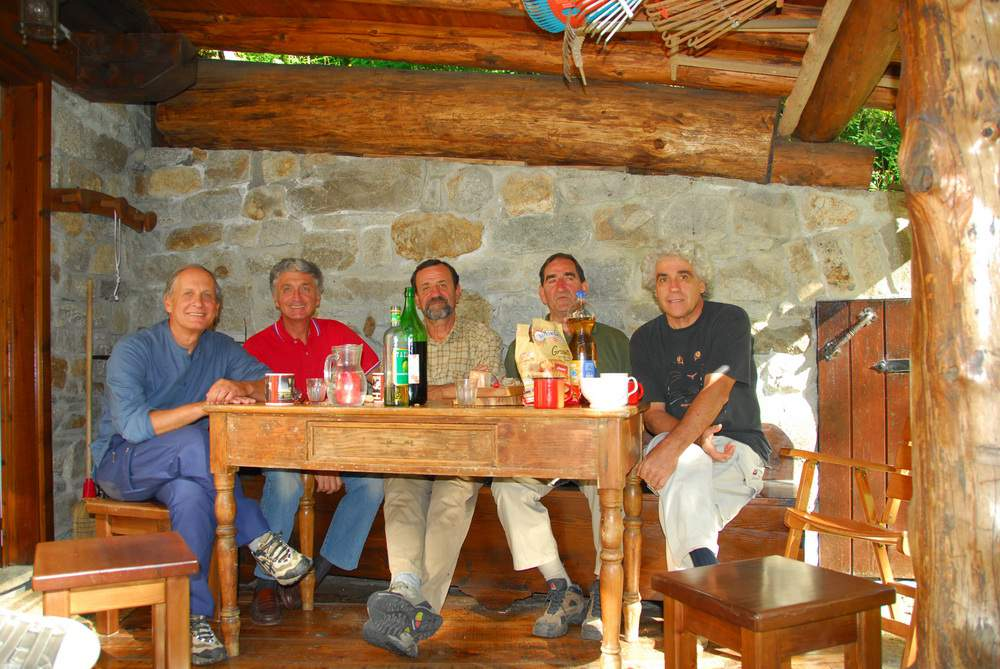 Val Veny, casa di Giorgio Bertone: G. Bertone, G. Sicola, Eugenio e Gianluigi Vaccari, A. Gogna