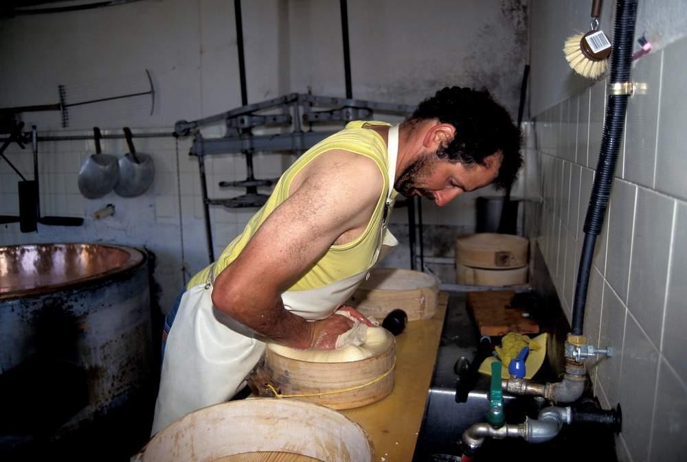 Lavorazione formaggio alla Malga Prader Alm, Ortles (gruppo dello Stelvio), alta Val Venosta