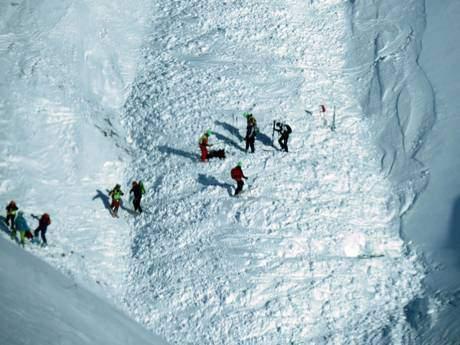 Le operazioni di recupero di uno dei tre sciatori coinvolti dalla caduta della slavina a Campo Imperatore, 28 gennaio 2014. ANSA/ CLAUDIO LATTANZIO
