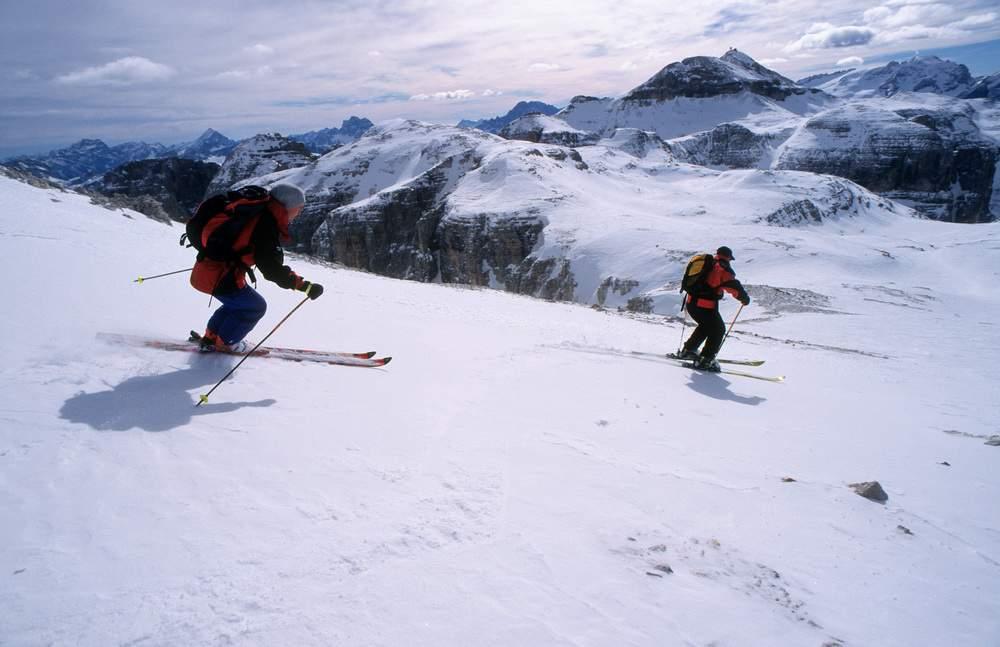 Fuori pista sul Sella, in lontananza il Piz Boè, Val di Fassa/Val Badia