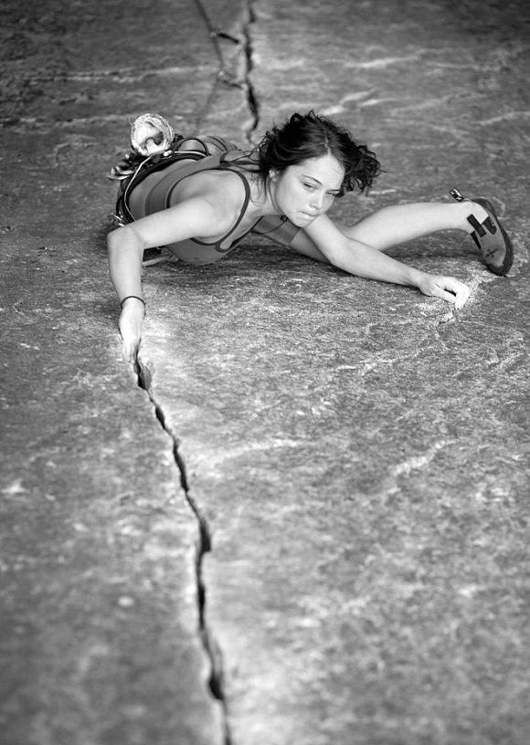 ClimbingGirls-25-Nicky Dyal in Zip Crack (5.10) · Squamish, Kanada · Foto Jim Thornburg